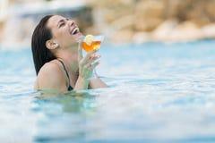 Młoda kobieta w basenie Zdjęcia Stock
