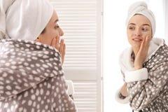 Młoda kobieta w bathrobe blisko w domu lustrze Ranek rutyna zdjęcia royalty free