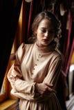 Młoda kobieta w beżowej rocznik sukni początek 20 wieku wieka dubler Obraz Stock