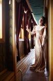 Młoda kobieta w beżowej rocznik sukni początek 20 wieku wieka dubler Fotografia Royalty Free