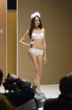 Młoda kobieta w białej lingrie Białych róż 5th Międzynarodowej wystawie bielizna, beachwear, dom odzież i pończoszarnia, Obraz Royalty Free