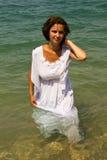 Młoda kobieta w białej sukni. Obraz Royalty Free