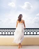 Młoda kobieta w białej sukni na kurortu tle Obraz Royalty Free