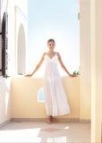 Młoda kobieta w białej sukni na kurortu tle Fotografia Royalty Free