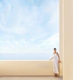Młoda kobieta w białej sukni na kurortu tle Fotografia Stock