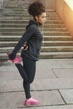 Młoda kobieta w bieg odzieżowym rozciąganiu jej noga Obrazy Royalty Free