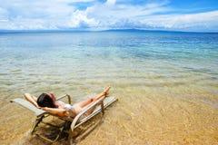 Młoda kobieta w bikini lying on the beach w słońca krześle na Taveuni wyspie, Fi Zdjęcia Royalty Free