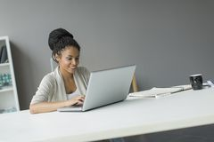 Młoda kobieta w biurze Fotografia Stock