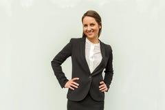 Młoda kobieta w biznesowym stroju nad szklaną ścianą w mieście obrazy royalty free