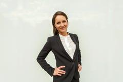 Młoda kobieta w biznesowym stroju nad szklaną ścianą w mieście fotografia royalty free