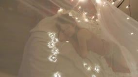 Młoda kobieta w Bożenarodzeniowy wewnętrzny uśpionym, domu świąteczny wnętrze zbiory wideo
