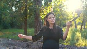Młoda kobieta w ciąży strzela dla ciążowego bloga zbiory