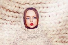 Młoda kobieta w ciepłym woolen szaliku zbliżenia twarzy portreta kobieta zimno na zewnątrz Zima odziewa Fotografia Stock