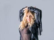 Młoda kobieta w czarnej rzemiennej bujak kurtce fotografia royalty free