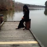 Młoda kobieta w czarnym kostiumu przy jeziorem Obraz Royalty Free