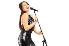 Młoda kobieta w czerni sukni śpiewie Obraz Stock
