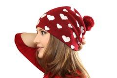Młoda kobieta w czerwonej sukni i czerwonej nakrętce z sercami Zdjęcie Royalty Free