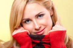 Młoda kobieta w czerwonym pulowerze fotografia stock