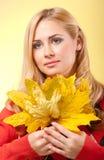 Młoda kobieta w czerwonym pulowerze zdjęcia stock