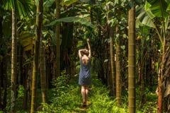 Młoda kobieta w dżungli w tropikalnej pikantności plantaci, Goa, Ind Zdjęcia Royalty Free
