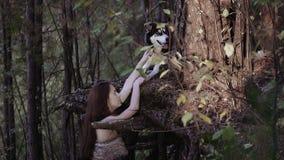 Młoda kobieta w dzikim odzieżowym mieniu przyglądający pies na swój łapie zdjęcie wideo