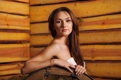 Młoda kobieta w hayloft zdjęcie stock