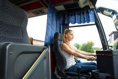 Młoda kobieta w jej funkci jako kierowca autobusu obraz royalty free