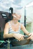 Młoda kobieta w jej funkci jako kierowca autobusu obrazy royalty free