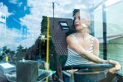 Młoda kobieta w jej funkci jako kierowca autobusu zdjęcia stock