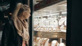 Młoda Kobieta W jesieni płócien spojrzeniach Przy gablotą wystawową Z biżuterią W wieczór ulicie zdjęcie wideo