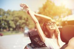 Młoda kobieta w kabrioletu samochodzie odjeżdża dla wakacji letnich Obrazy Royalty Free