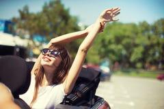 Młoda kobieta w kabrioletu samochodzie odjeżdża dla wakacji letnich Zdjęcie Royalty Free