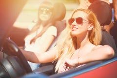 Młoda kobieta w kabrioletu samochodzie odjeżdża dla wakacji letnich Fotografia Stock
