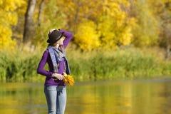 Młoda kobieta w kapeluszu stoi na molu Jesień słoneczny dzień Obrazy Stock