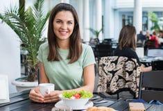 Młoda kobieta w kawiarni obrazy stock
