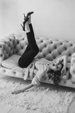 Młoda kobieta w kojach i koszula, kapcie kłama na leżance dziewczyn czarny kryjówki obsługują koszulowego fotografia biel s Fotografia Royalty Free