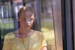 Młoda kobieta w kolorze żółtym jedzie autobus Obrazy Stock