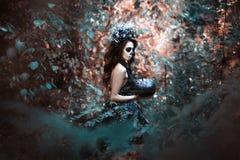 Młoda kobieta w kostiumu dla Halloween z banią zdjęcia royalty free