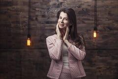 Młoda kobieta w kostiumu uśmiechniętym ufnym biznesie z rozjarzonym ligh obraz royalty free