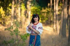 Młoda kobieta w krajowy ukraińskim odziewa Obraz Royalty Free