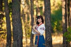 Młoda kobieta w krajowy ukraińskim odziewa na pszenicznym polu Obrazy Stock