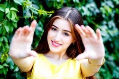 Młoda kobieta w krzaka lecie w koloru żółtego smokingowym robi selfie Fotografia Royalty Free