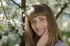 Młoda kobieta w kwitnącym jabłko ogródzie Fotografia Royalty Free