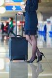 Młoda kobieta w lotnisku międzynarodowym Fotografia Royalty Free