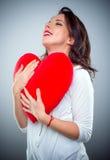Młoda kobieta w miłości trzyma mocno czerwonego serce Zdjęcie Royalty Free