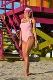 Młoda kobieta w modnym swimsuit pozuje na tropikalnej plaży Fotografia Royalty Free