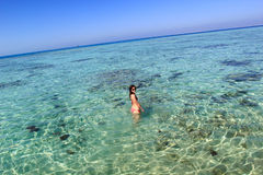 Młoda kobieta w morzu Zdjęcia Stock
