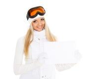 Młoda kobieta w narciarskich szkłach z pustą deską dla teksta. zdjęcie royalty free