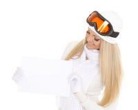 Młoda kobieta w narciarskich szkłach z pustą deską dla teksta fotografia royalty free
