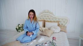 Młoda Kobieta w Niezdrowego warunku Antych medycynach i Taktujący gospodarstwo domowe obraz royalty free
